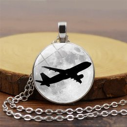 Aereo di vetro online-Nuovo creativo aeroplano luna modello pendente collana convesso ciondolo in vetro rotondo accessori moda semplici e delicati accessori all'ingrosso