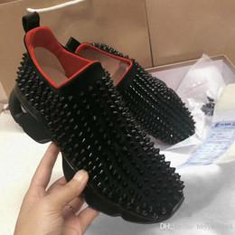 Argentina Diseñador de moda Studded Spikes Flats zapatos para hombre sandalias rojas Zapatos inferiores para hombres y mujeres amantes de la fiesta Zapatillas de deporte de cuero genuino cheap studded flat sandals Suministro