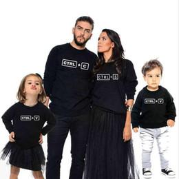 2019 impressões de c Camisa da família mamãe e eu pai roupas combinando Ctrl + C + Ctrl V Impresso T-shirt da família desgaste do outono Moda Família Look Outerwear impressões de c barato