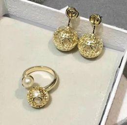 2019 anillo de jade indio Conjunto de joyas de lujo para mujer Carta de oro ratán perla hueca Pendientes Anillo Diseñador europeo C y D Joyería de compromiso de boda se