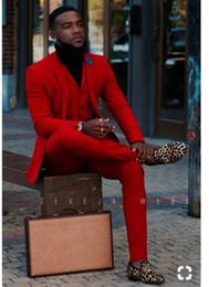 Grooms uomini vestiti smoking tuxedos online-Fashion Red Groom Tuxedos Notch Risvolto Groomsmen Mens Abito da sposa Popolare uomo Giacca Blazer 3 pezzi Suit (Jacket + Pants + Vest + Tie) 1362