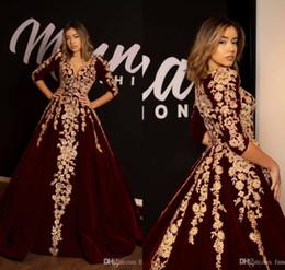 vestidos de noite profundo de borgonha Desconto Borgonha árabe Vestidos de Baile de Ouro Appliqued Uma Linha Profunda Decote Em V 3/4 Mangas Compridas Vestido de Noite De Veludo Personalizado Plus Size Vestidos de Festa