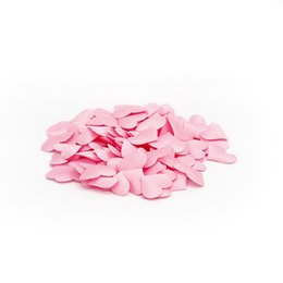 Petali di fiori artificiali bianchi online-fiori 100pcs petali decorazioni di nozze Cuore raso a forma di tessuto petali artificiali del fiore falso Fai da te nozze rosso bianco rosa