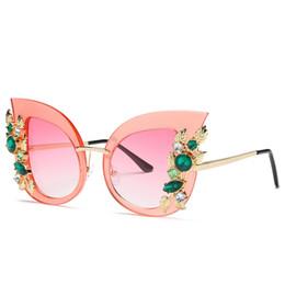 Gafas de sol rojas de gran tamaño online-Nuevo diseñador de lujo de gran tamaño Mujeres Grandes Gafas de sol atractivas con forma de ojo de gato Señora Rojo Verde Sombras Gafas de sol de cristal