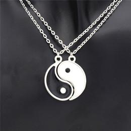 Colar dos amantes de yin yang on-line-Atacado-1Pair Romântico Esmalte Preto e Branco Melhor Amigo Tai Chi Pingentes BFF Yin Yang Colar Amante Amizade Casais Presente de Natal