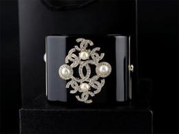 Акриловые коробки онлайн-Классический жемчуг браслеты роскошный жемчуг алмаз манжеты мода широкий браслеты ясно Кристалл панк акриловые звезды браслет ювелирных изделий с коробкой