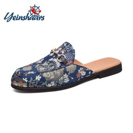 Блестящие лоскуты онлайн-YEINSHAARS  Ethnic Handmade Male Loafers Embroidered Glitter Slippers Man Round Toe Slip On Mules Flat Men Casual Shoes