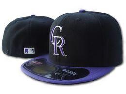 Cappello nero cappello porpora online-Rockies Fitted Black Purple Colore sul campo Baseball Hats Flat Brim Sports Team Logo Flat ricamato Full Closed Caps Bones economici Gorras
