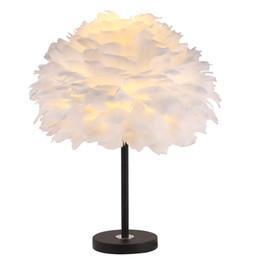 Lámpara de mesa roja online-Dormitorio de la lámpara decorativa simple habitación matrimonial moderna lámpara de la tabla de cabecera neta creativa romántica cálida nórdica lámpara de mesa de plumas