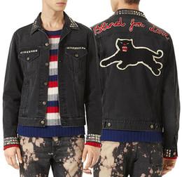2019 chaquetas Hombres Biker negro chaqueta de mezclilla bordado letras parches metálicos parche flock impresión Panther piedra lavado ajuste ajuste chaquetas baratos
