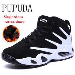 Pattini coreani di cuneo di moda online-Scarpe invernali PUPUDA Uomini Comodo da tennis degli uomini stivali moda scarpe di pallacanestro poco costosi di sport per i maschi degli uomini coreani di scarpe casual