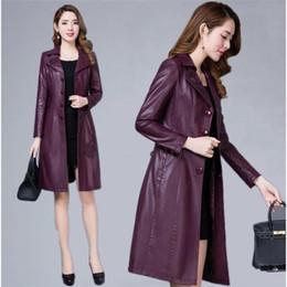 фиолетовое весеннее пальто Скидка Осень весна женщины женский тонкий аппликации цветок фиолетовый искусственная кожа длинный плащ, 2019 осень женщина 5xl 6xl одежда пальто