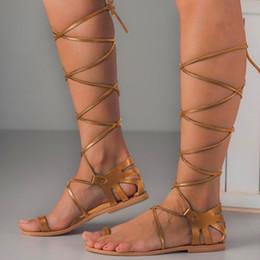 Bottes plates 43 en Ligne-En gros 2019 Femmes Nouveau Bandage Sandales Bottes Sexy Plat D'été Chaussures Femme Genou Gladiateur En Cuir PU Sandales Plus La Taille 34-43