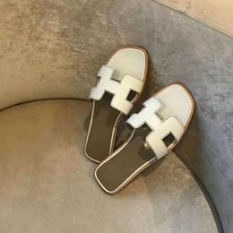 корейская плоская обувь Скидка Дизайнерская обувь Горки Летние пляжные плоские сандалии Тапочки для дома Шлепанцы с шипами сандалии с коробкой