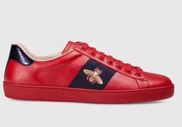 Zapatos casuales de calidad online-2019 Nueva Llegada de Moda Hombres Mujeres Zapatos Casuales Diseñador de Lujo Zapatillas de deporte de Calidad Superior de Cuero Genuino Abeja Bordada