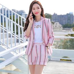 2019 cappotti di colore rosa Abito da donna Cappotto allentato 2019 Temperamento Tempo libero Vestito a righe colore rosa Vestito slim singolo Fibbia singola Colletto bianco a due pezzi sconti cappotti di colore rosa