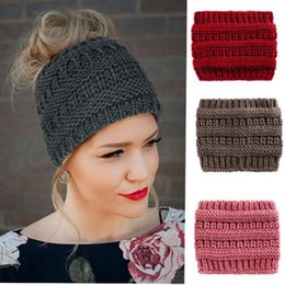 Beanie stirnband online-17 * 20 cm Beanie Frauen Gestrickte Turban Stirnband Häkeln Mützen Winter Hüte Kappe Warme Dame Messy Bun Hut Für Frauen ZZA1147