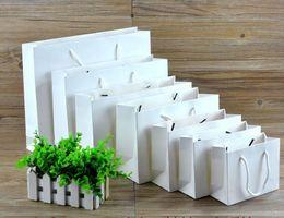 Benutzerdefinierte papier geschenk taschen online-Kundenspezifisches Logo Kleine weiße Packtasche aus Kraftpapier, Geschenkpapiertüte aus rosa Kleidungsstück mit Griffen, kleine schwarze Einkaufstasche
