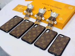 telefones mais novos Desconto 2019 Mais novo keychain acessórios Design mobile phone case set chaveiro para homem e mulheres de couro letra padrão carro keychain com caixa