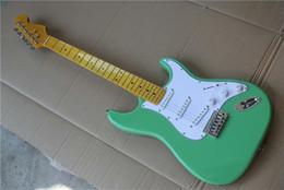 hardware de guitarra verde Rebajas Diapasón de arce retro Guitarra eléctrica de cuerpo verde con golpeador blanco, hardware de cromo, pastillas SSS, se puede personalizar