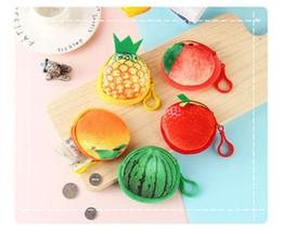 Bolsas de morango on-line-Bolsa de pelúcia brinquedos 3D basquete futebol melancia maçã morango pêssego recheado coin purse bonito mini saco de frutas carteiras
