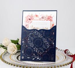 Peças de convites de casamento on-line-Azul marinho Mais Recentes Personalizado Cartões de Convite de Casamento de Corte A Laser Branco Suites Personalização Envelope Convites de Casamento 50 Peças Um Conjunto