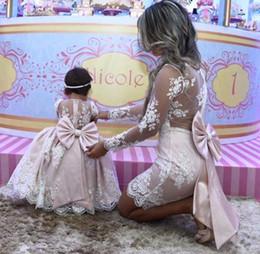 2019 ragazza di fiore del neckline di illusione Principessa madre figlia abito da ballo in pizzo rosa Flower Girl Abiti a maniche lunghe Madre di abiti da sposa con grande fiocco