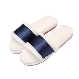 Zapatos de boda de invierno de piel online-Scarpe ginnastica Donna Zapatillas Marca Pearl Beding Fur Flip flops Invierno Mujer Zapato Zapatillas de felpa para interiores seda y satén zapatos de boda