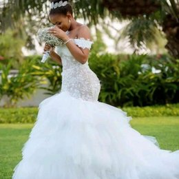 Off ombro vestidos de casamento puffy on-line-Sereia Vestidos De Casamento Sul Africano Laço E Tule Fora Do Ombro Plus Size Vestido De Casamento Tiers robe de mariée Barato Puffy Vestidos De Noiva