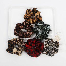 2019 flores de perlas cosidas Buena calidad Leopardo Scrunchies Niñas Elástico Hair Rope Band Mujeres Scrunchies Velvet Ponytail Holder Accesorios para el cabello