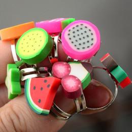 Niños de arcilla polimérica online-100 unids Mix Lots Niños Joyería del anillo de la arcilla del polímero Fruta Forma de la fresa Anillos para los niños Los mejores regalos de cumpleaños al por mayor