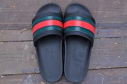 2019 одежда из резины Высококачественные дизайнерские мужские и женские летние резиновые босоножки Beach Slip Fashion Wear белые черные тапочки комнатная обувь дешево одежда из резины