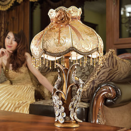 2019 decoração de pavão de resina Peacock candeeiro de mesa Tecido Sombra Candeeiro de Mesa Retro Breve Resina Pavão Durable Desk Light Decoração Clássica Luzes Da Tabela decoração de pavão de resina barato