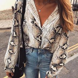 camicie a buon mercato Sconti Leopard Spring New Fashion Women Print Camicetta maniche lunghe camici in pelle di serpente con intaglio Camicie da donna vintage economici FS5252