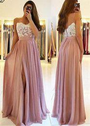 2019 dos vestidos de dama de honor morados Blush Pink Lace 2019 Vestidos de novia de playa árabe Vestidos de espagueti Una línea de vestidos de invitados de boda Vestidos de fiesta de chifón de alta división