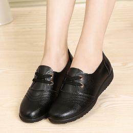 Pisos negros chinos online-Free2019 Trabajo plano Fondo blando antideslizante para mujeres Doug Chinese Food Hall Zapatos de cuero negro Nivel con mamá Zapato individual