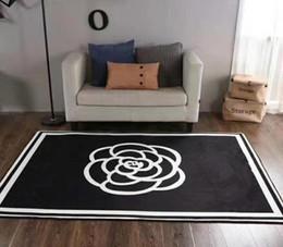 Tappeti nuovi di zecca di stile europeo di moda in stile europeo 150 x 200 cm tappeto da arredamento per la casa in flanella bianca antiscivolo nero da camicia coreana bianca nera fornitori