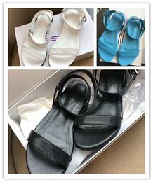 2019 sandália lisa de marca stiletto 2019 Clássico Rodada Mulheres Sandálias Planas, Couro Preto Sola Slip-on Marca Flip Flops para Férias de Verão Tamanho 35-39 sandália lisa de marca stiletto barato