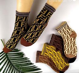 calcetines amarillos de niña Rebajas 2020 nueva marca de estilo de las mujeres Carta de los hombres del diseño del alfabeto bordados calcetines de deporte calcetines de algodón monopatín Media