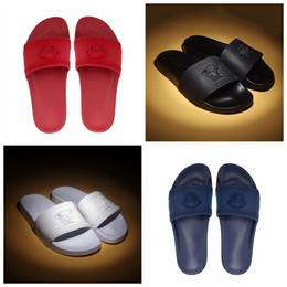 zapatillas de hotel Rebajas Diseñador de alta calidad de lujo zapatillas hombres mujeres verano negro blanco rojo azul playa Medusa diapositiva Moda desgastan sandalias zapatos de interior Size36-46