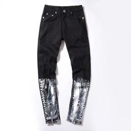 Белые сшитые джинсы онлайн-Ripped Knee Mens Jeans white stitching Printed Fashion Hip Hop Urban Men Motorcycle Distressing Biker Slim Skinny black Jeans