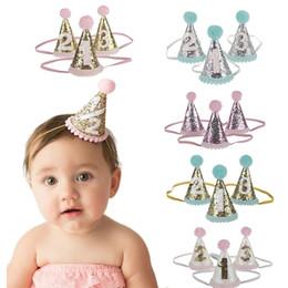 Sombrero de punto para niños online-1pcs linda 1/2/3 cumpleaños sombreros del partido del punto con la bola de pelo del casquillo del bebé ducha fiesta de cumpleaños Foto Puntales niños Decoración