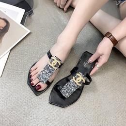 Sandálias de lantejoulas mulheres on-line-Estilo INS Sandálias com Pérola Logotipo Da Marca Mulheres Sapatos de Praia com Lantejoulas Chinelos de Verão para Senhoras