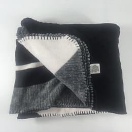 Sofá gris negro online-Especial Popular Negro Gris Rosa Coral Manta pila Manta Fleece Throw Sofá / Cama / Avión de viaje Tela a cuadros Toalla 130cmx150cm regalo de lujo