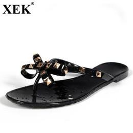 filles pantoufles Promotion XEK Femmes Rivets Bowknot Pantoufles Plat Filles Tongs 2018 Chaussures D'été Cool Plage Jelly Chaussures Dropshipping dropshipping WFQ72