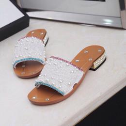 Новые женские Горный Хрусталь на низком каблуке тапочки Черный жемчуг дизайнерская работа летние женские сандалии платье обувь классический тренд мода большой размер 43 от Поставщики коврики для рыбы