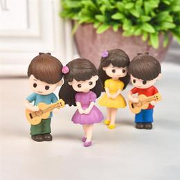 2019 presentes diy da guitarra Amantes Sweety Pares com guitarra Figurines Miniature Craft Fairy Garden Gnome Moss Terrário presente DIY decoração do ornamento desconto presentes diy da guitarra