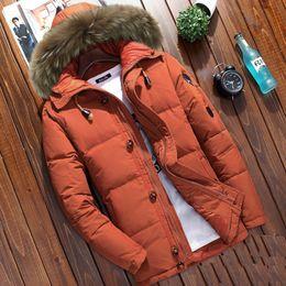 Perros ejército abrigos chaquetas online-engrosamiento de invierno masculina abajo de la capa natural de perro mapache cuello de piel de pato con capucha abajo chaqueta corta para hombre del ejército naranja verde 2xl 3xl