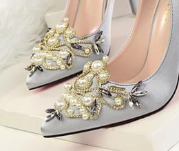93bd129626fb 2019 beau bal à talons hauts Tellement belles chaussures de mariage avec  des perles en cristal