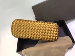 Bolso tejido de cuero genuino online-De calidad superior al por mayor diseñador alargado tejido a mano de piel de cordero de cuero genuino con piel de serpiente largo Cluthes en forma de nudo Hardware moda bolsa